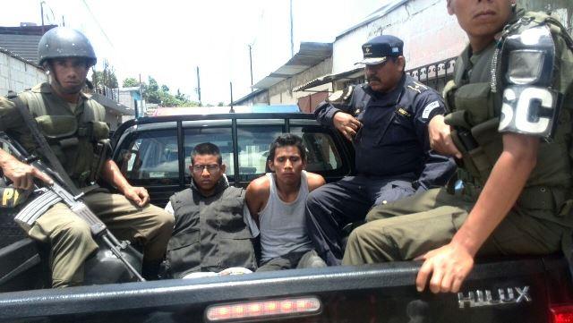 Los pandilleros capturados huyeron de policías en San Jualián.(Foto Prensa Libre: Erick Ávila)