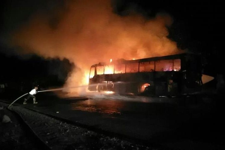 Fuego destruye bus en Santa Cruz Muluá. (Foto Prensa Libre: Cortesía).