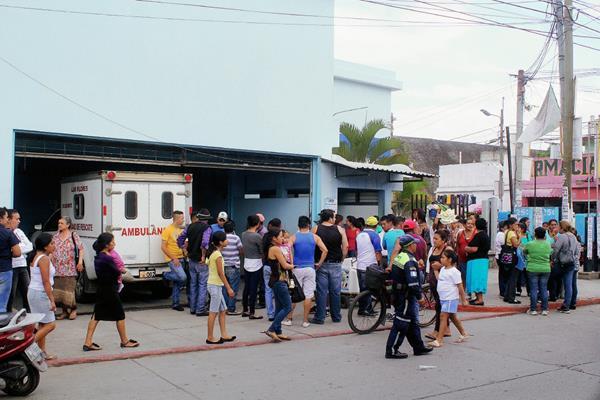 Vecinos de la cabecera de Jalapa se aglomeran en la emergencia del Hospital Nacional local, donde falleció una maestra, luego de un accidente en motocicleta. (Foto Prensa Libre: Hugo Oliva)