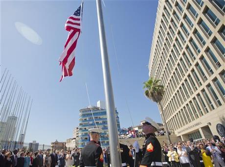 Dos marines estadounidenses izan la bandera de su país en la embajada en Cuba. (Foto Prensa Libre: AFP).