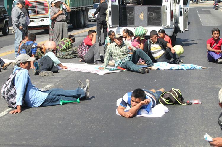 Tirados sobre el suelo, los manifestantes bloquearon el paso vehicular sobre la Calle Martí. (Foto Prensa Libre: Erick Ávila)