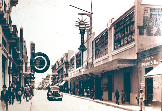 El Cápitol nació como un teatro en los años 1920. Luego se convirtió en cine. Hoy es un centro comercial y aún proyecta películas en sus salas. (Foto: Hemeroteca PL)