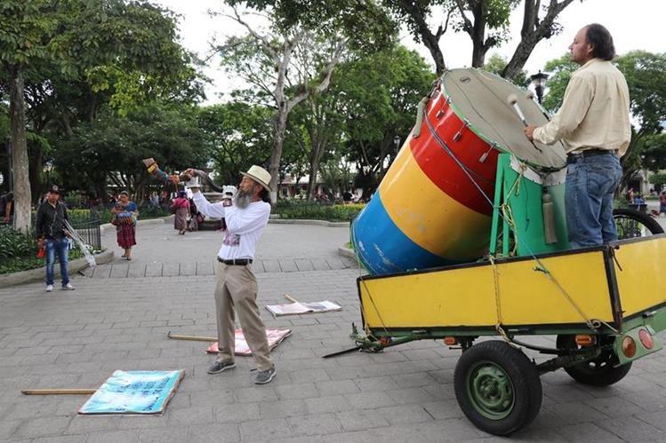 El caminante llama la atención de los antigüeños en el parque central. (Foto Prensa Libre: Renato Melgar)