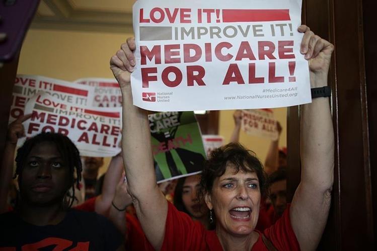 Descontentos con la propuesta republicana protestan en el Capitolio. (Foto Prensa Libre: AFP)