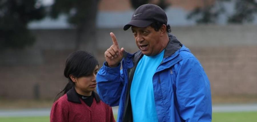 El técnico Amado Reyes fue presentado como técnico de la selección nacional, pero indicó que dirigirá a Xela en el juego del domingo. (Foto Prensa Libre: Raúl Juárez)