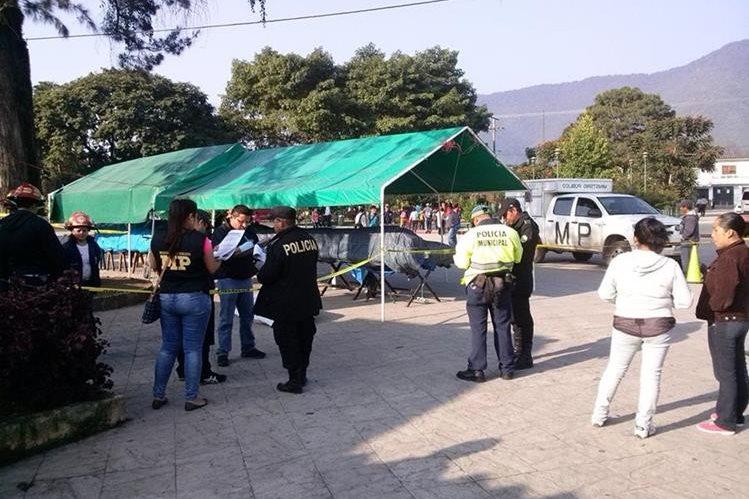 Autoridades resguardan el lugar donde fue localizado el cadáver de José Castellanos, en Jocotenango, Sacatepéquez. (Foto Prensa Libre: Renato Melgar)