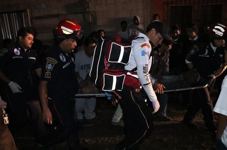 Augusto Ixtún Guarán fue trasladado a la emergencia del Hospital Nacional de Chimaltenango. (Foto Prensa Libre: Víctor Chamalé)
