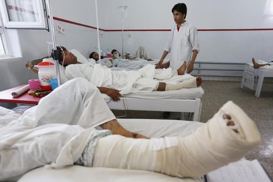 Vista de los heridos que dejaron tres ataques en Afganistán. (Foto prensa Libre: AP)