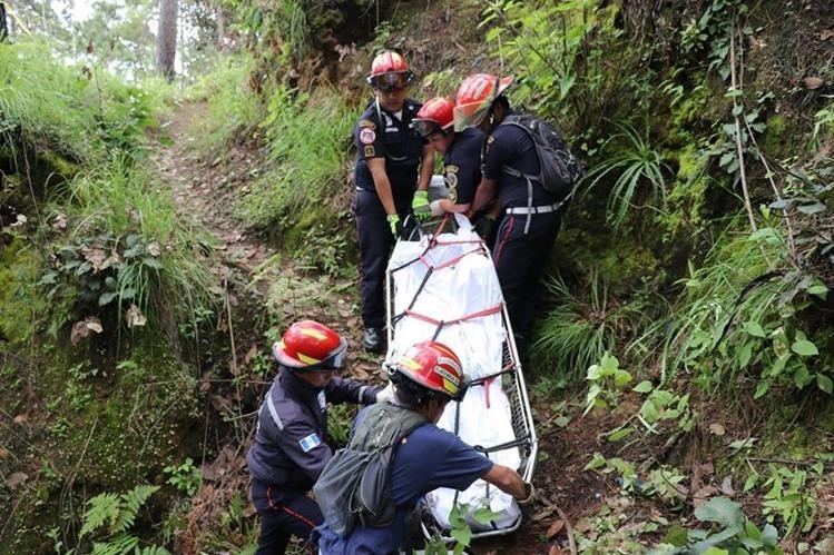 Bomberos retiran el cadáver de un hombre encontrado en barranco de Quiché. (Foto Prensa Libre: Héctor Cordero)