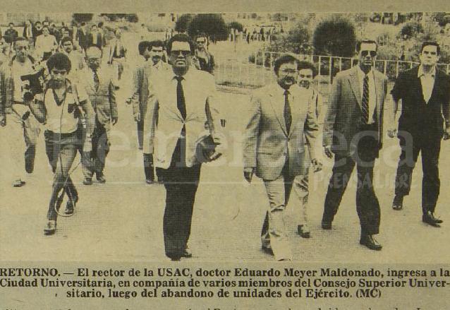 El rector Meyer Maldonado acompañado de miembros del Consejo Superior Universitario ingresan a la Ciudad Universitaria el 5 de septiembre de 1985 luego de la ocupación militar. (Foto: Hemeroteca PL)