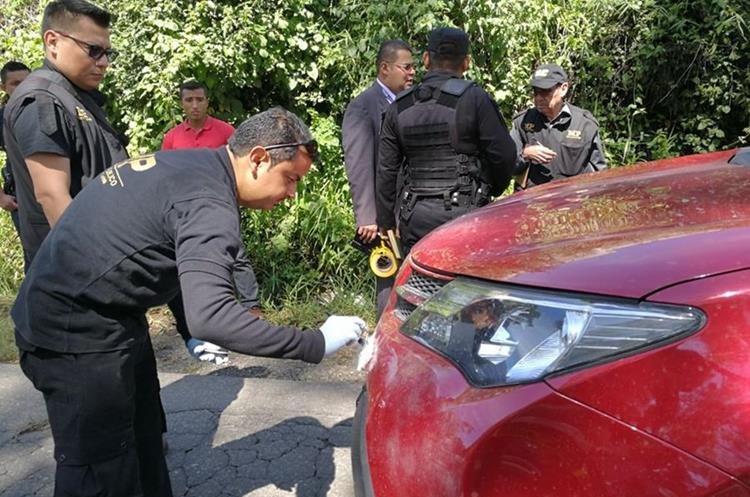 Un perito del MP busca huellas en el vehículo de la abogada secuestrada en Villa Nueva. (Foto Prensa Libre: Estuardo Paredes).