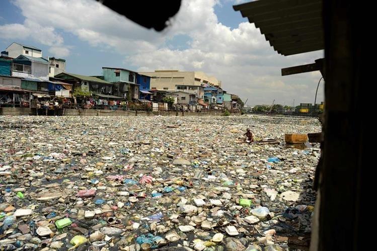 Cuando la basura no se trata adecuadamente contamina los afluentes de agua, como en este río de Filipinas. (Foto Prensa Libre: AFP).