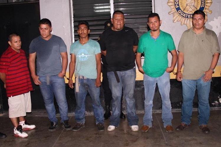 Los seis capturados son sindicados del robo de furgones en Escuintla. (Foto Prensa Libre: Carlos E. Paredes)