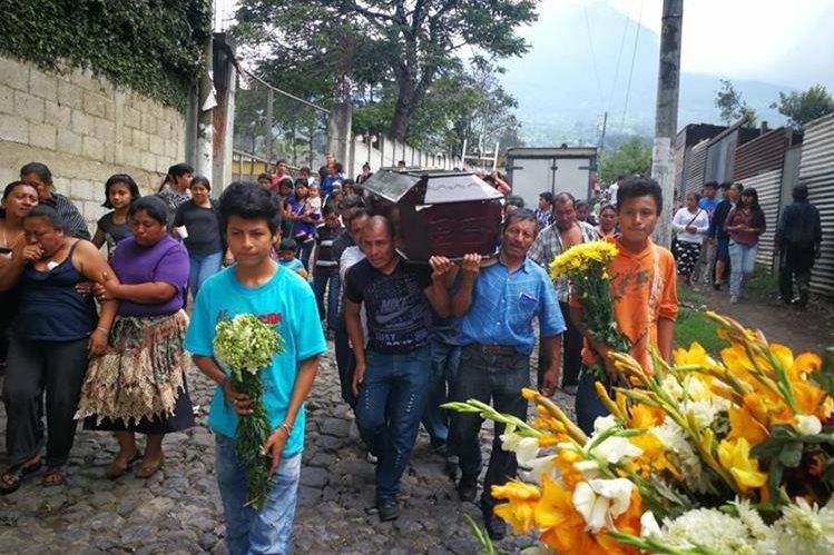 Los restos de Concepción Hernández fueron inhumados en el cementerio de San Pedro Las Huertas, Antigua Guatemala. (Foto Prensa Libre: Óscar García)