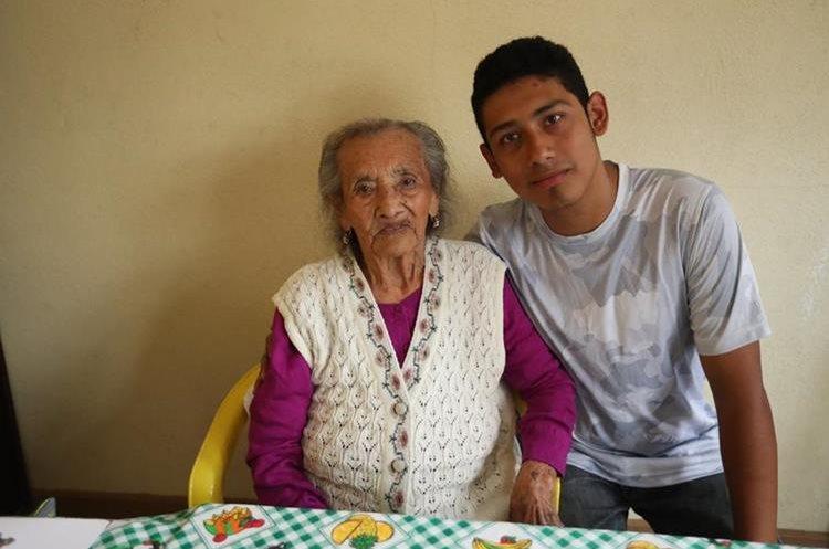 Matilde junto a su tataranieto Josué Javier Flores, quien la ayuda a movilizarse. (Foto Prensa Libre: Esbin García).