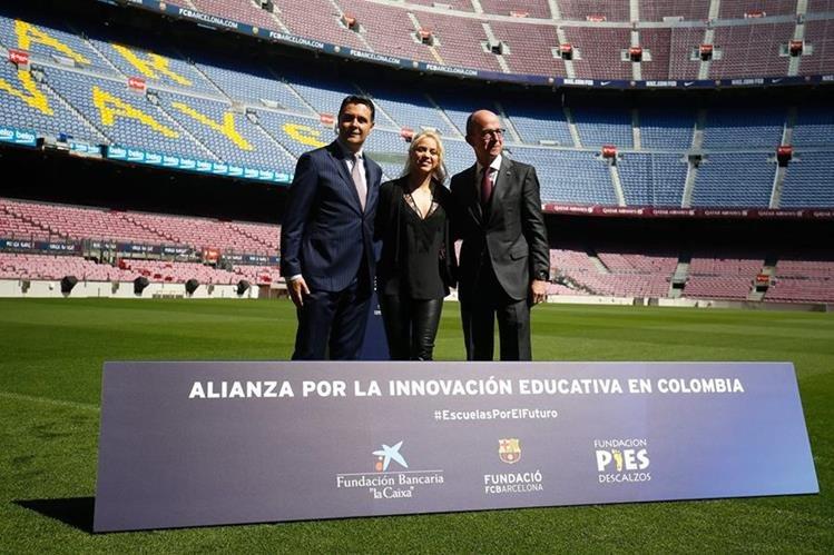El director de la Fundación Caixa Xavier Bertolin Shakira y el vicepresidente del Barcelona Jordi Cardoner posan luego de dar a conocer el proyecto de construcción de la Escuela. (Foto Prensa Libre: AFP)