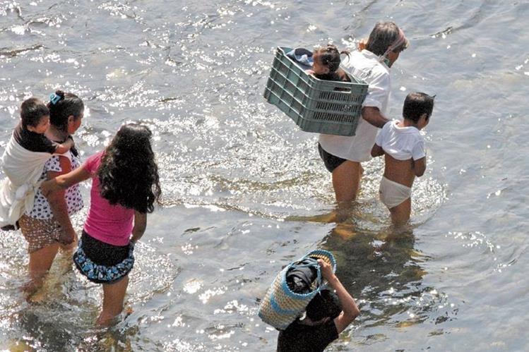 Muchos menores cruzan el río Suchiate, en la frontera entre Guatemala y México, en su viaje hacia Estados Unidos. (Foto Prensa Libre: Édgar O. Girón)