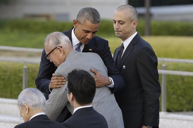 El presidente de EE. UU., Barack Obama, abraza al sobreviviente de Hiroshima, Shigeaki Mori. (Foto Prensa Libre: AP).