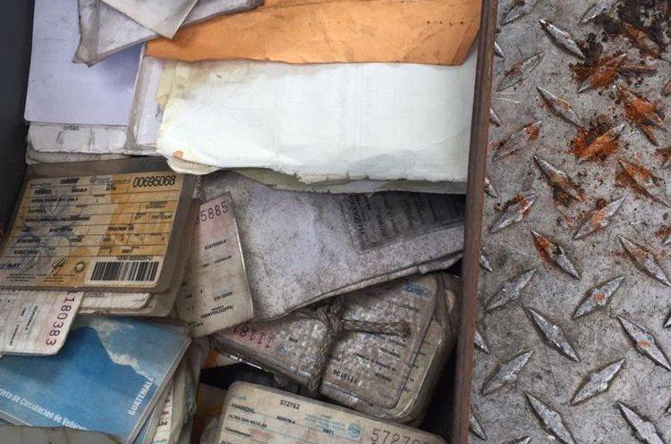 Placas de circulación de vehículos encontradas. Foto Prensa Libre: MP