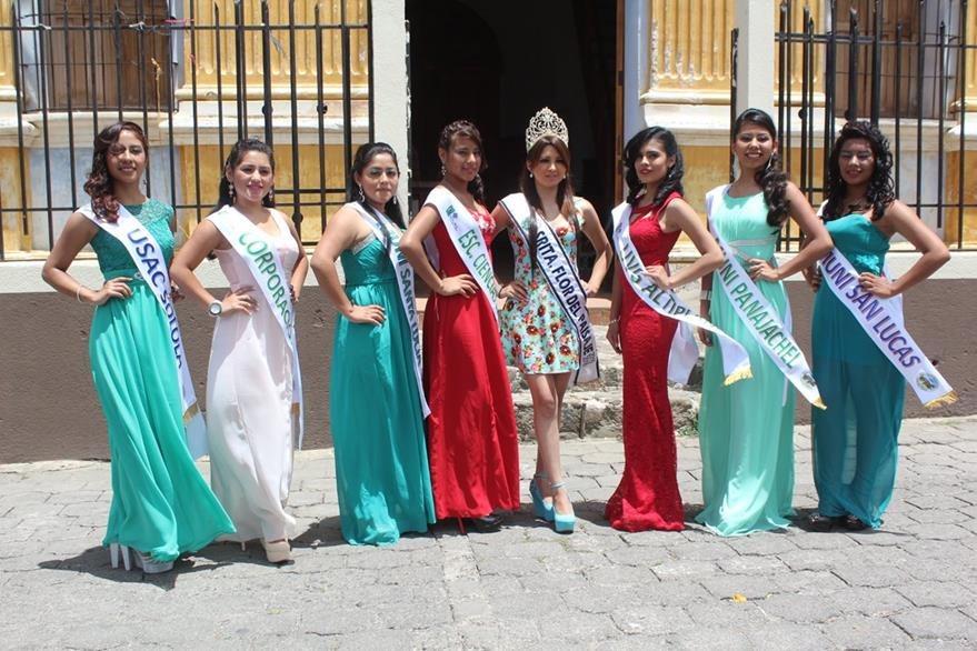 Las siete candidatas posan junto a la Flor del Paisaje 2015, Helen Marleny Ajcot Xatá. (Foto Prensa Libre: Ángel Julajuj)