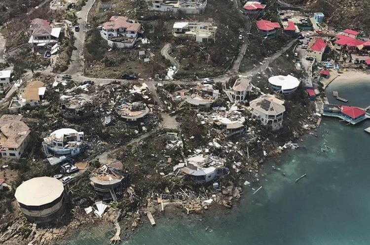 Esta imagen muestra la magnitud de los daños que dejó el huracán Irma en la bahía Leverick de Virgen Gorda en las Islas Vírgenes Británicas. (Foto Prensa Libre: AP).