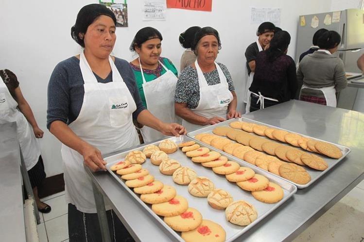 Un grupo de estudiantes del curso de reposteria aprenden a elaborar champurradas. (Foto Prensa Libre: Estuardo Paredes)