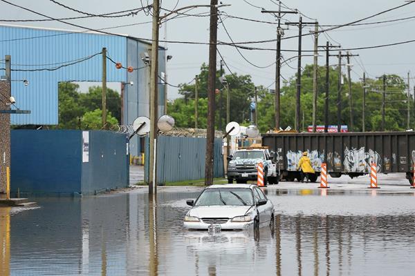 Vista de un vehículo en una calle inundada mientras la tormenta tropical Bill se muevea Houston, Texas. (Foto Prensa Libre:EFE).