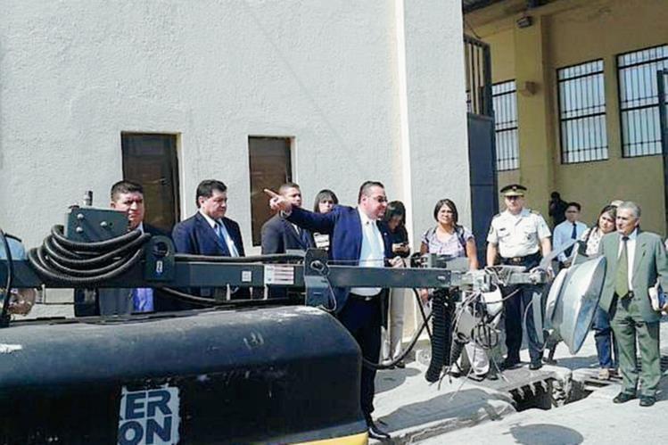El viceministro mostró el funcionamiento de las cámaras ( Foto Prensa Libre: Erick Ávila)