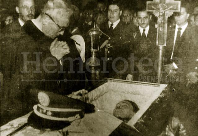 El Arzobispo Rossell y Arellano observa el cadáver de Castillo Armas en su féretro. (Foto: Hemeroteca PL)