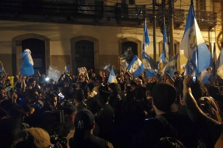 Cae la noche y las protestas continuan