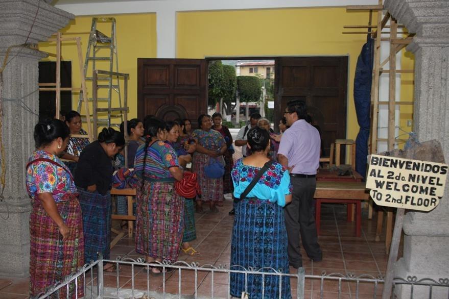 Comerciantes recorren mercado de artesanías. (Foto Prensa Libre: Renato Melgar).