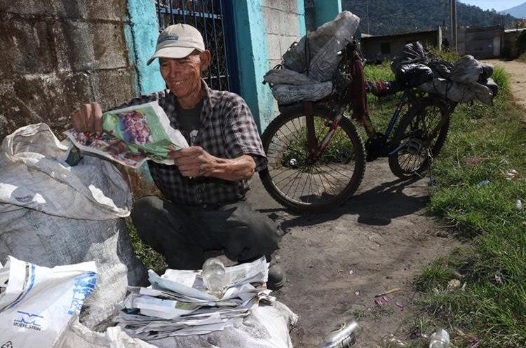 Recicla botellas de plástico, vidrio, cartón, papel y periódicos. (Foto Prensa Libre: Víctor Chamalé)