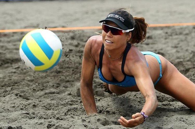 María José Orellana en una acción en el Centroamericano de Voleibol.