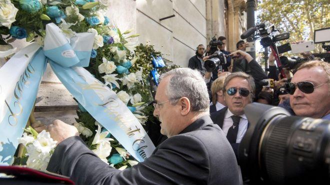 El presidente del club de fútbol Lazio, Claudio Lotito, visitó una sinagoga este lunes en Roma tras el incidente. (Foto Prensa Libre: EPA)
