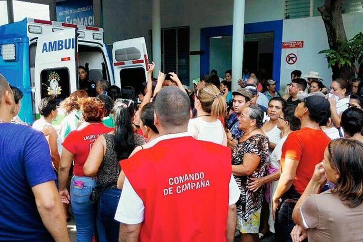 Candidato a  la alcaldía de la cabecera de Zacapa, Alberto Ramírez, es trasladado por socorristas. (Foto Prensa Libre: Cortesía de Antonio Godoy)