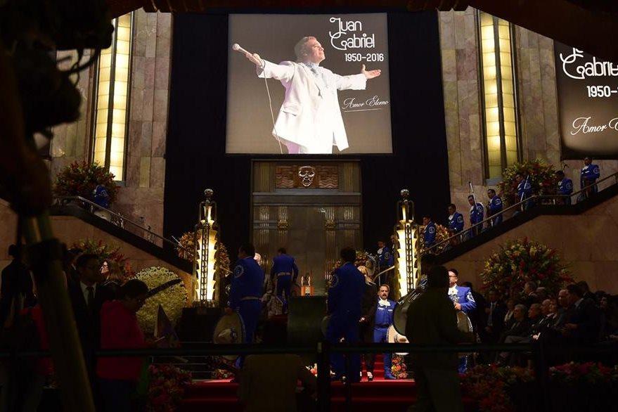 En el interior del mayor recinto cultural de México se recordó con nostalgia el talento de uno de los mayores intérpretes de la música latinoamericana.  (Foto Prensa Libre: AFP)
