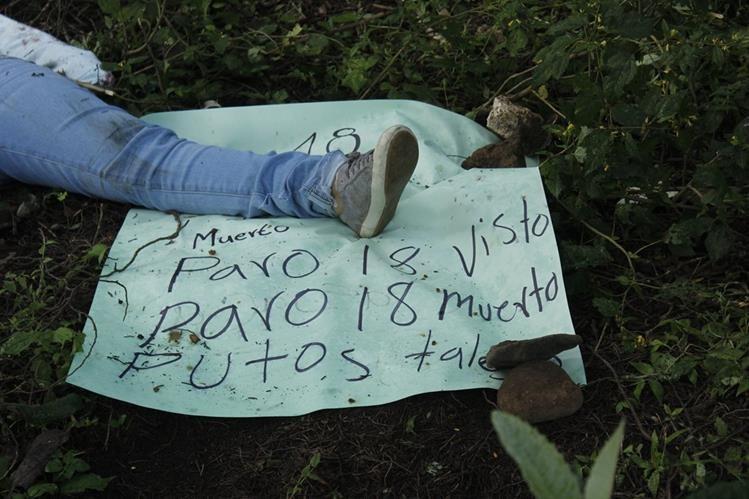 Cadáver degollado de mujer es hallado en sector de finca San Fernando, cabecera de Chimaltenango. (Foto Prensa Libre: Víctor Gómez)