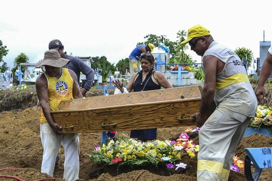 Funeral de una de las víctimas del enfrentamiento en la cárcel de Manaos. (Foto Prensa Libre: EFE)