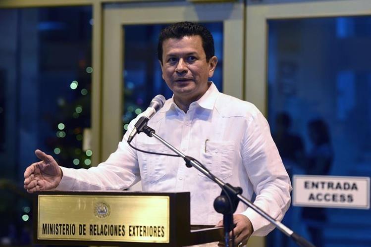 El ministro salvadoreño de Relaciones Exteriores, Hugo Martínez, durante la conferencia de prensa. (Foto Prensa Libre: AFP).
