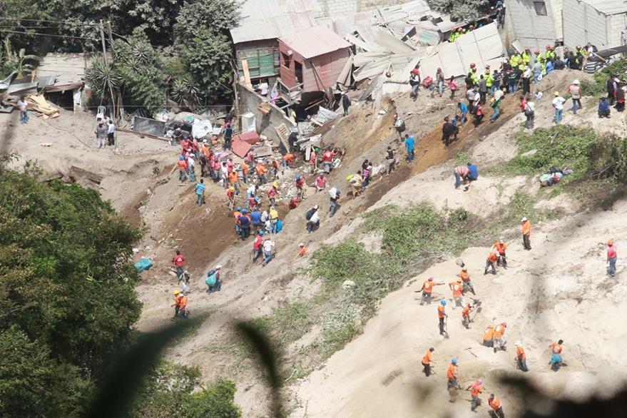 El Cambray 2 en Santa Catarina Pinula, fue soterrada casi en su totalidad por el desprendimiento de un cerro, luego de varios d'as de lluvia (Foto Prensa Libre Estuardo Paredes)