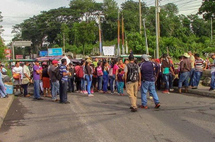 Los maestros que bloquearon el paso en la ruta al suroccidente exigen ser contratados. (Foto Prensa Libre: Rolando Miranda).