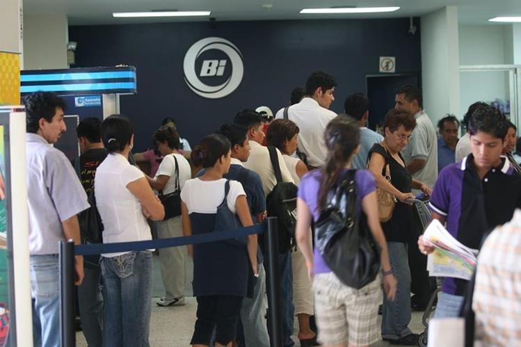 Clientes del Banco Industrial hacen fila para realizar sus trámites. (Foto Prensa Libre: HemerotecaPL).