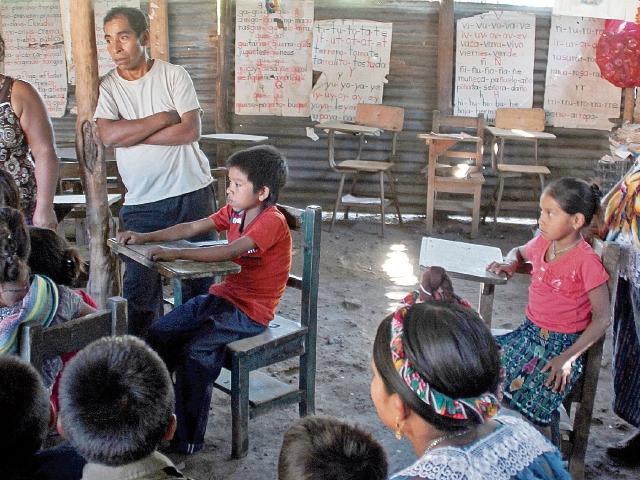 Padres de familia de la escuela de primaria  de San Andrés Huista, Jacaltenango, Huehuetenango, observan la precariedad del plantel. (Foto Prensa Libre: Mike Castillo)