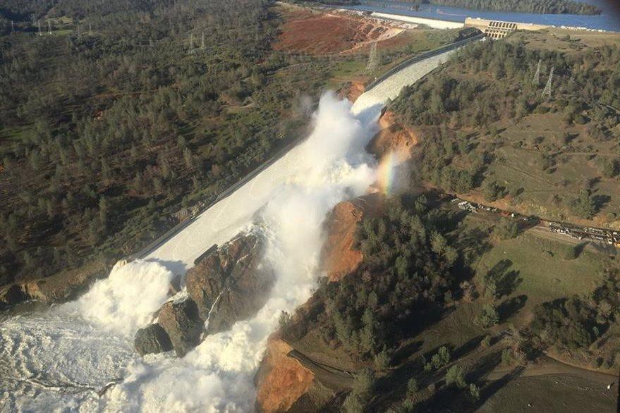 Una vista aérea de la represa Oroville dañada po la errosión del terreno, California, EE.UU.(EFE).