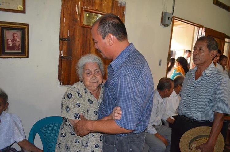 Vecina brinda apoyo moral a Mario Hernández, padre de la víctima