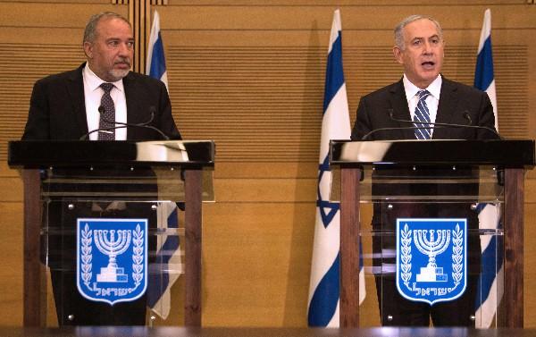 Benjamin Netanyahu (d) junto Avigdor Lieberman, durante una conferencia de prensa.(EFE).