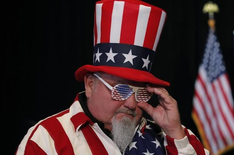 John Baker espera los resultados la noche de las elecciones en Indianapolis.