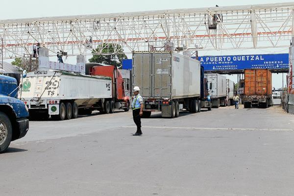 Transportistas hacen fila en Puertuaria Quetzal, Escuintla, para ser atendidos por trabajadores de la SAT. (Foto HemerotecaPL)