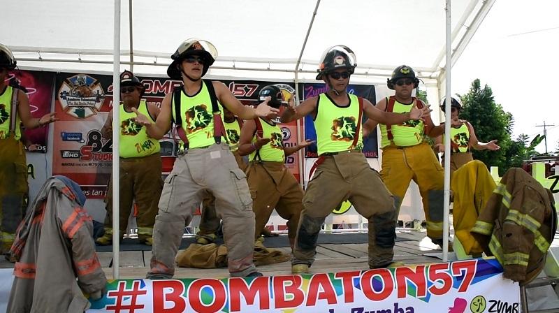 Un grupo de bomberos voluntarios participa en un show especial para mujeres, como parte de la Zumbatón. (Foto Prensa Libre: Rigoberto Escobar)