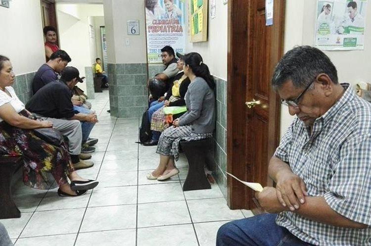 Las mujeres son quienes más frecuentemente asisten a consultas médicas. (Foto Prensa Libre: Roni Pocón)